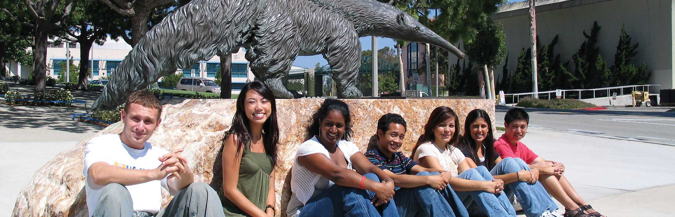Group of international students in front of the UC Irvine Anteater statue